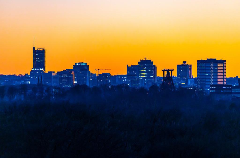JT-190215-027 | Skyline von Essen, vorne die Zeche Zollverein, Weltkulturerbe, dahinter die Hochhäuser der Innenstadt, mit dem Rathaus, rechts, RWE Tower, links,