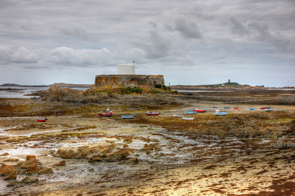 Guernsey | Rocquaine Bay im Westen der Kanalinsel, bei Ebbe, Boote liegen  auf dem Meeresboden, Seetang. Fort Grey, heute ein Museum. Guernsey,