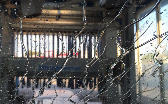 Autowaschanlage | Trocknenden Windschutzscheibe beim Durchfahren durch eine Autowaschanlage.