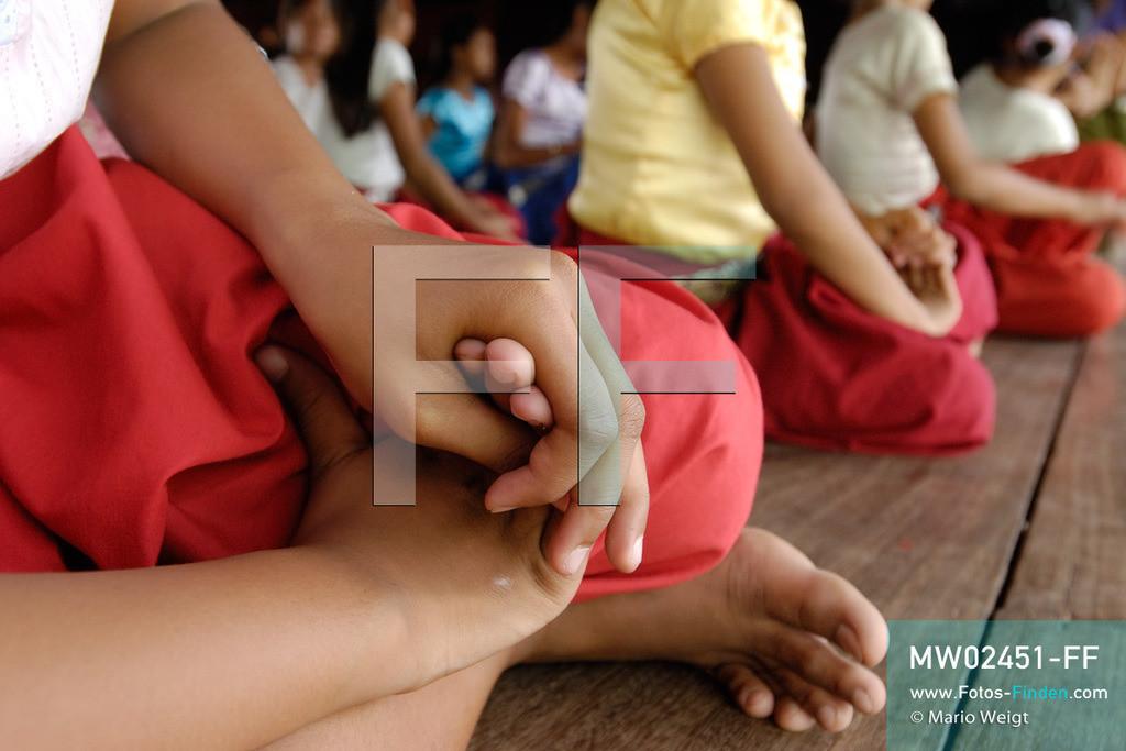 MW02451-FF | Kambodscha | Phnom Penh | Reportage: Apsara-Tanz | Für die Schülerinnen der Tanzschule beginnt jede Tanzstunde mit Aufwärmübungen. Sechs Jahre dauert es mindestens, bis der klassische Apsara-Tanz perfekt beherrscht wird. Kambodschas wichtigstes Kulturgut ist der Apsara-Tanz. Im 12. Jahrhundert gerieten schon die Gottkönige beim Tanz der Himmelsnymphen ins Schwärmen. In zahlreichen Steinreliefs wurden die Apsara-Tänzerinnen in der Tempelanlage Angkor Wat verewigt.   ** Feindaten bitte anfragen bei Mario Weigt Photography, info@asia-stories.com **