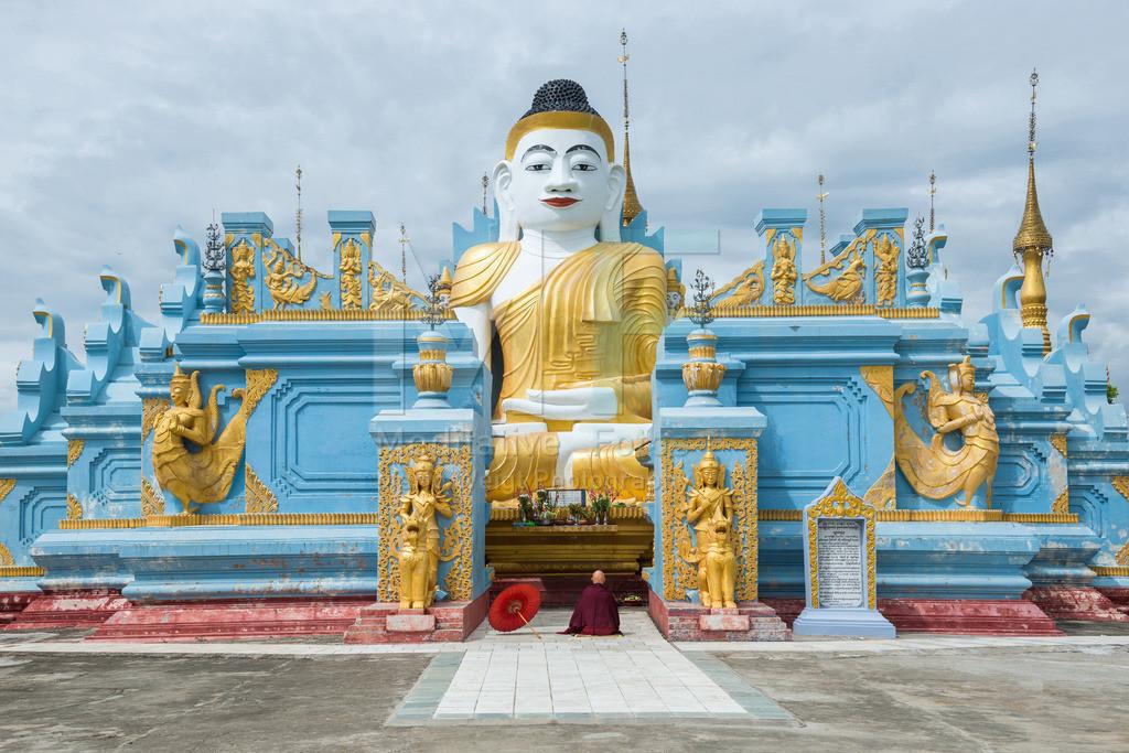 MW1119-9138 | Fotoserie DER ROTE SCHIRM | Mönch beim Meditieren am Inle-See in Myanmar