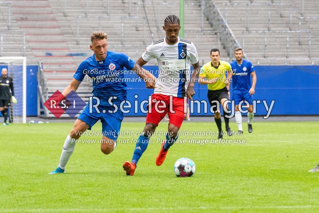 Fußball, Herren, Testspiel, Hamburger SV - FC Hansa Rostock, Volksparkstadion, 09.08.2020   Oliver Daedlow (#25 Hansa Rostock), Jeremy Dudziak (#8 HSV)
