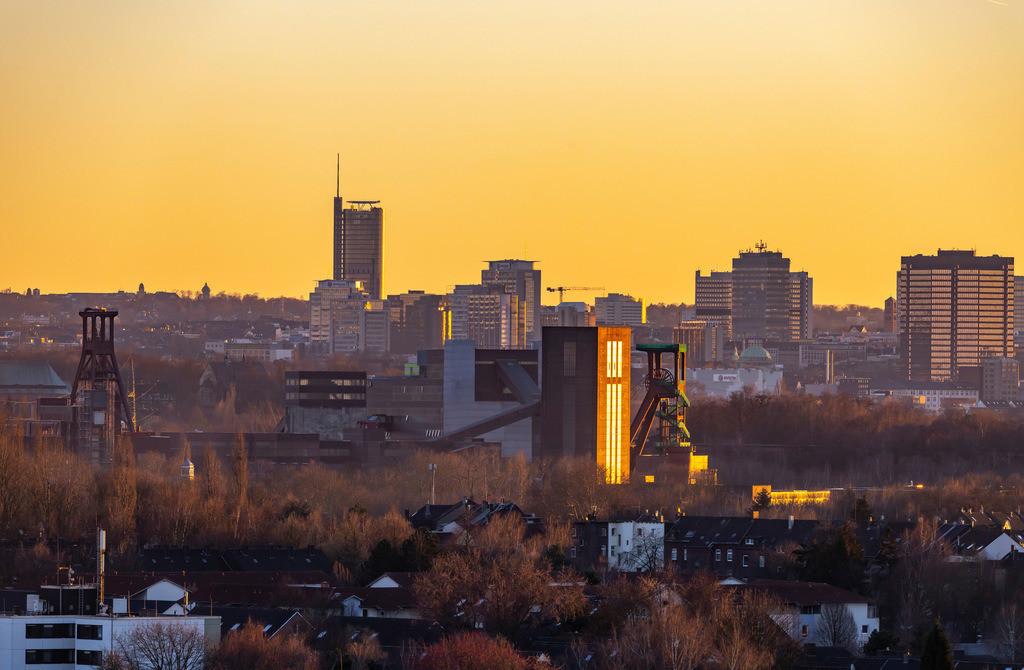 JT-190215-003 | Skyline von Essen, vorne die Zeche Zollverein, Weltkulturerbe, dahinter die Hochhäuser der Innenstadt, mit dem Rathaus, rechts, RWE Tower, links,
