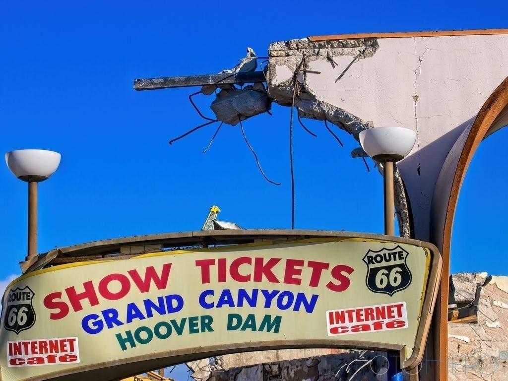 Show Tickets | Werbeschild in Las Vegas an einem Haus welches abgerissen wird