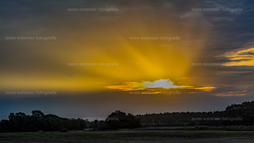 Sonnenaufgang | Sonnenstrahlen die sich durch die Wolken kämpfen.