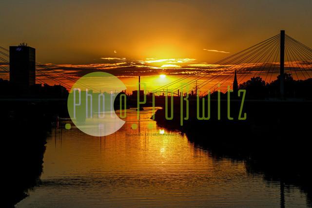 Sonnenuntergang am Neckar | Mannheim. 28JUL20 | Mannheim in der Abendsonne am Neckar. Sonnenuntergang. Mit Neckaruferbebauung und dem Collins Center (links)   BILD- ID 2118 | Bild: Photo-Proßwitz 27JUL20