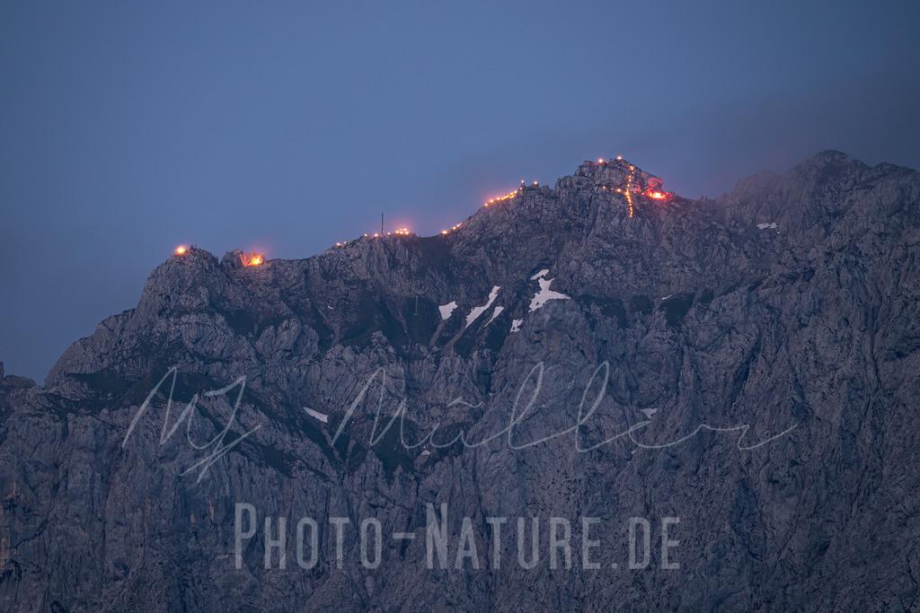 Johannifeuer im Karwendel   Die Bergspitzen sind hell erleuchtet durch die Feuer