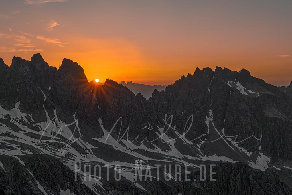 Die Sonne versinkt | Die letzten Sonnenstrahlen ragen durch diese Vorarlberger Berglandschaft.