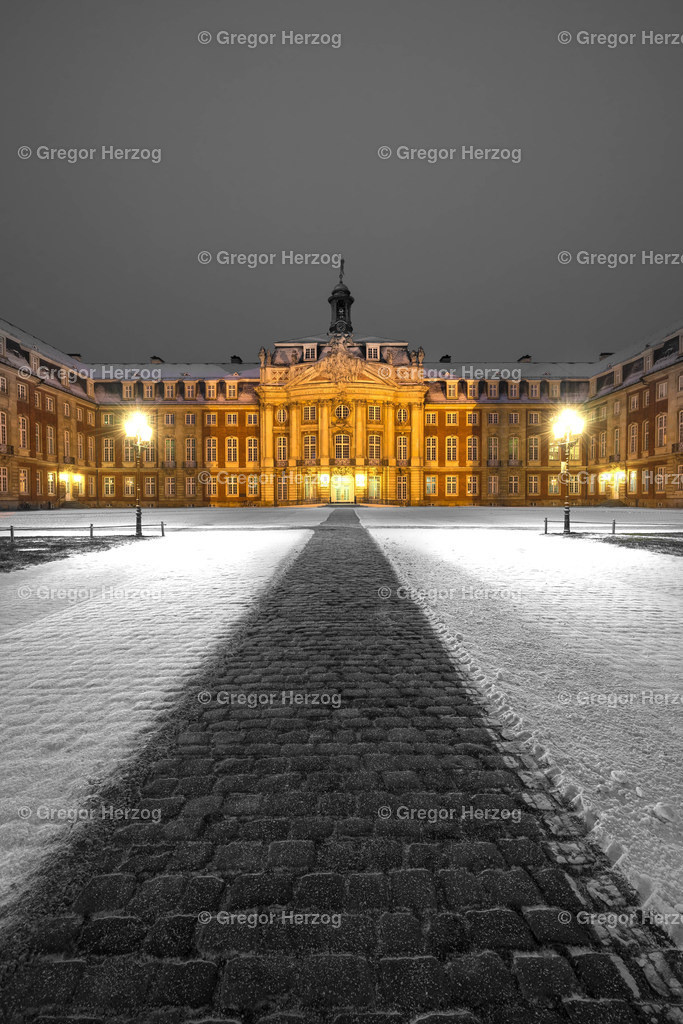 Münster erstrahlt Schloss im Schnee | Ein Foto aus dem Kalender Münster erstrahlt