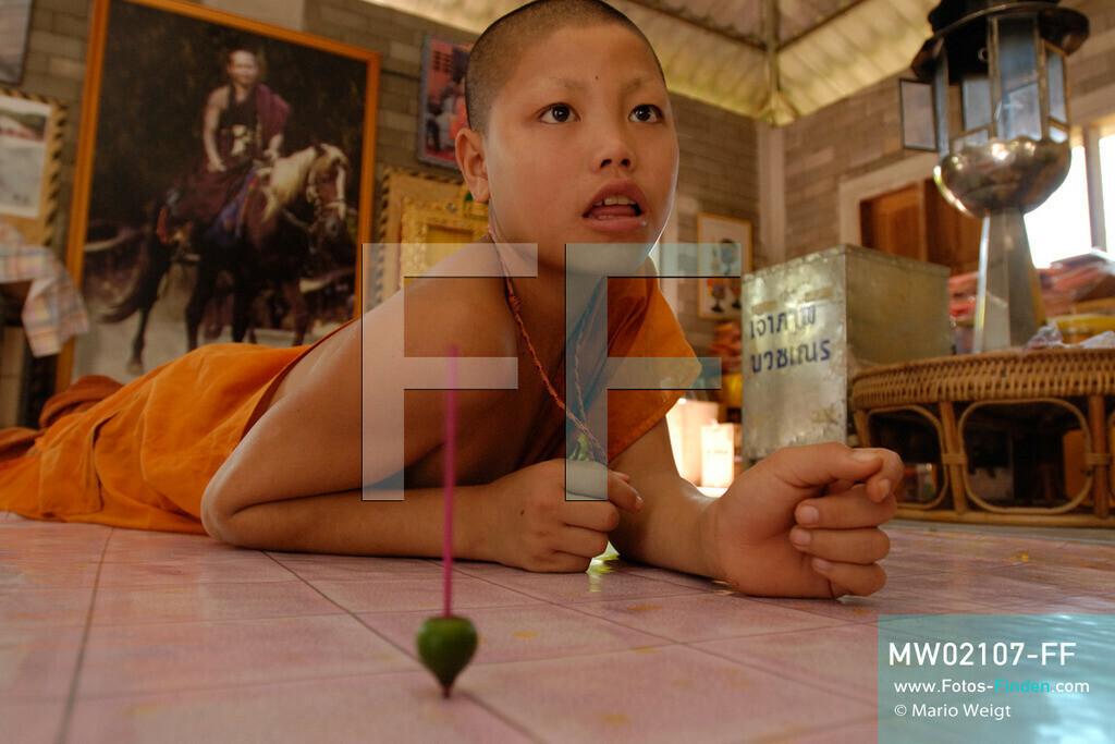 MW02107-FF | Thailand | Goldenes Dreieck | Reportage: Buddhas Ranch im Dschungel | Junger Mönch genießt seine Freizeit im Kloster.  ** Feindaten bitte anfragen bei Mario Weigt Photography, info@asia-stories.com **