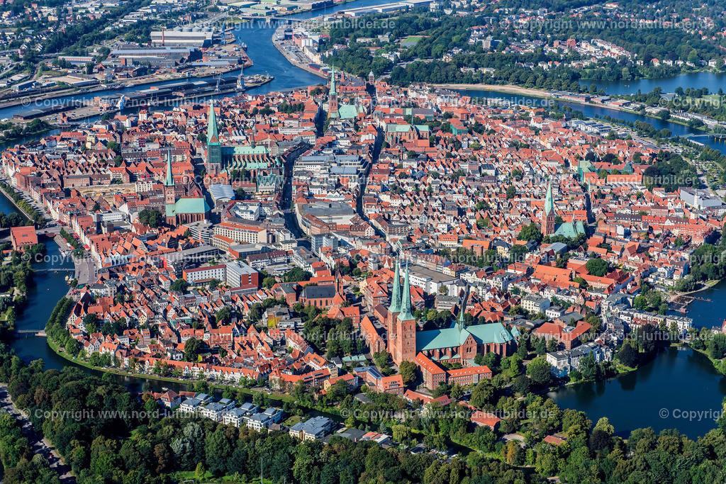 Lübeck_ELS_3743250816a | Lübeck - Aufnahmedatum: 25.08.2016, Aufnahmehöhe: 508 m, Koordinaten: N53°50.950' - E10°40.724', Bildgröße: 6708 x  4477 Pixel - Copyright 2016 by Martin Elsen, Kontakt: Tel.: +49 157 74581206, E-Mail: info@schoenes-foto.de  Schlagwörter:Schleswig-Holstein,Hansestadt,Altstadt,Fachwerk,Holstentor,Luftbild,Luftbilder,
