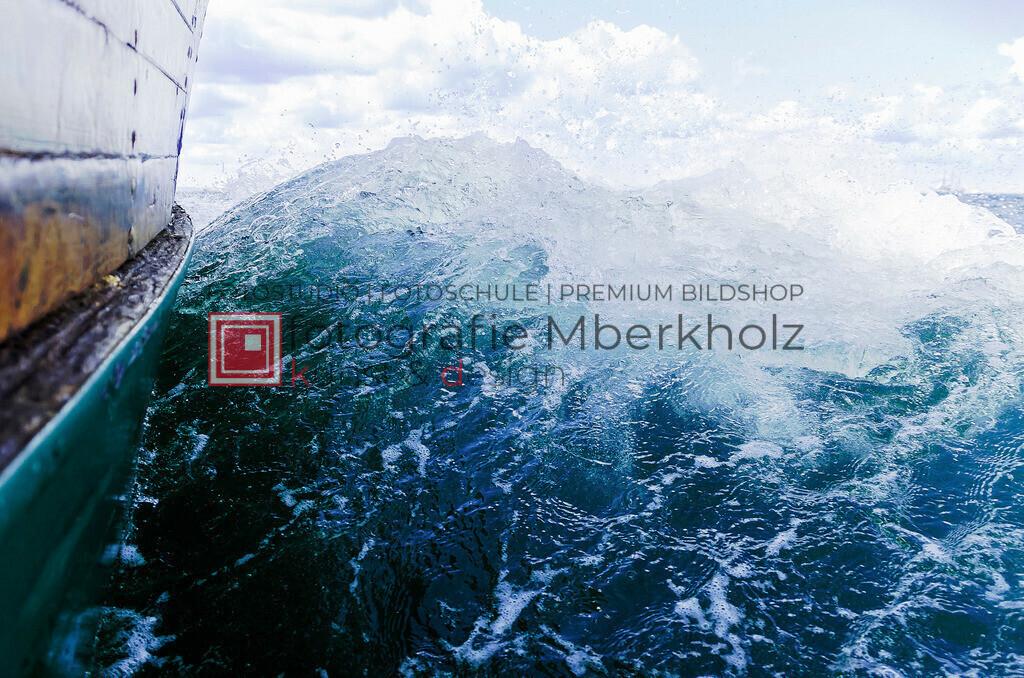 _Danilo_Schubert_mberkholzBugwelle   Die Bildergalerie Schiffe & Boote des Warnemünder Fotografen Marko Berkholz zeigt Stimmungen und unzählige Details und Momente. Die Hafeneinfahrt bei Tag, in der Nacht und am Morgen, sind oft die außergewöhnliche Kulisse.