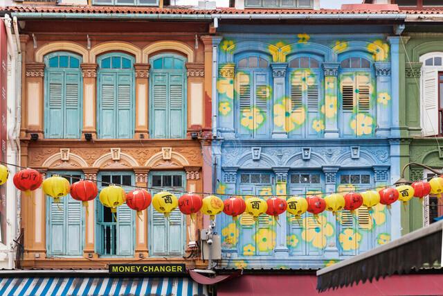 Singapur Chinatown bunt bemalte Häuserfassade im Kolonialstil   SGP, Singapur, 19.02.2017, Singapur Chinatown bunt bemalte Häuserfassade im Kolonialstil © 2017 Christoph Hermann, Bild-Kunst Urheber 707707, Gartenstraße 25, 70794 Filderstadt, 0711/6365685;   www.hermann-foto-design.de ; Contact: E-Mail ch@hermann-foto-design.de, fon: +49 711 636 56 85