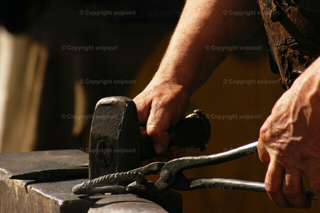 Schmied bei der Arbeit | Detail von Händen eines arbeitenden Schmieds.