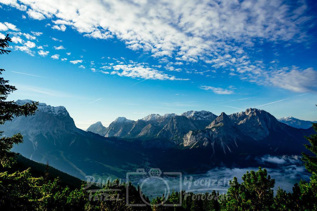 Zugspitze   Berge am Tag