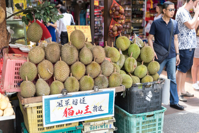 Singapur Chinatown Marktstand mit Durian Früchten   SGP, Singapur, 22.02.2017, Singapur Marktstand mit Durian Früchten © 2017 Christoph Hermann, Bild-Kunst Urheber 707707, Gartenstraße 25, 70794 Filderstadt, 0711/6365685;   www.hermann-foto-design.de ; Contact: E-Mail ch@hermann-foto-design.de, fon: +49 711 636 56 85
