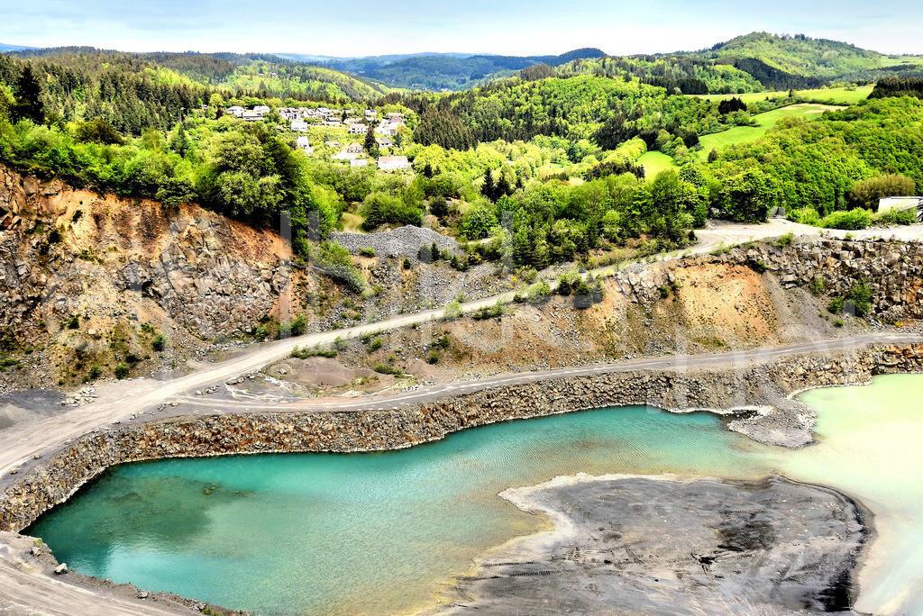 Blick auf Daun - Weiersbach in der Vulkaneifel | im Vordergrund der Steindbruch Löhley