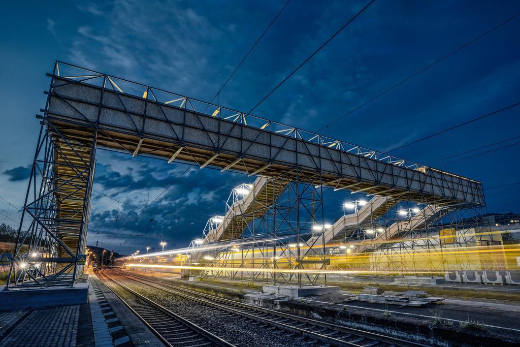 Bahnhof Brackwede | Durchfahrende Züge und Behelfsbrücke am Bahnhof in Bielefeld-Brackwede.
