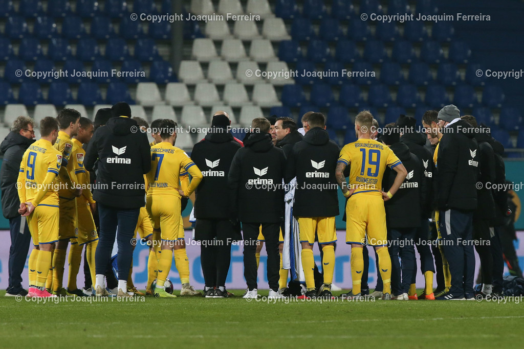 201127_svdvsbvt_0885 | 27.11.2020, xjfx, Fussball 2.BL SV Darmstadt 98 - Eintracht Braunschweig,  emspor, emonline, despor, v.l.,  Trainer Daniel Meyer (Eintracht Braunschweig) spricht zur Mannschaft nach dem Spiel     (DFL/DFB REGULATIONS PROHIBIT ANY USE OF PHOTOGRAPHS as IMAGE SEQUENCES and/or QUASI-VIDEO)