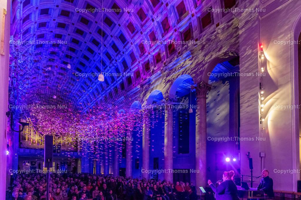 DSC_7818 | Bensheim, Kirche Sankt Georg, Abschlusskonzert unter der Friedenstauben-Installation mit dem Duo Bollwerk , Illumination der Kirche,   ,, Bild: Thomas Neu