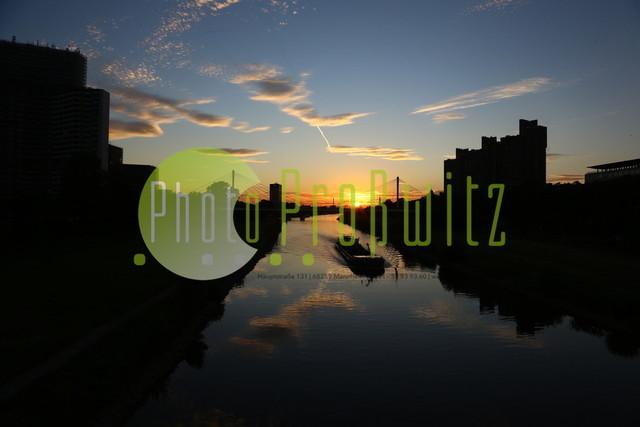 Sonnenuntergang am Neckar | Mannheim. 28JUL20 | Mannheim in der Abendsonne am Neckar. Sonnenuntergang. Mit Neckaruferbebauung und dem Collins Center (links)   BILD- ID 2122 | Bild: Photo-Proßwitz 27JUL20