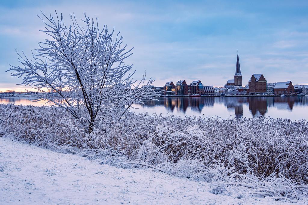 Blick über die Warnow auf die Hansestadt Rostock im Winter. | Blick über die Warnow auf die Hansestadt Rostock im Winter.