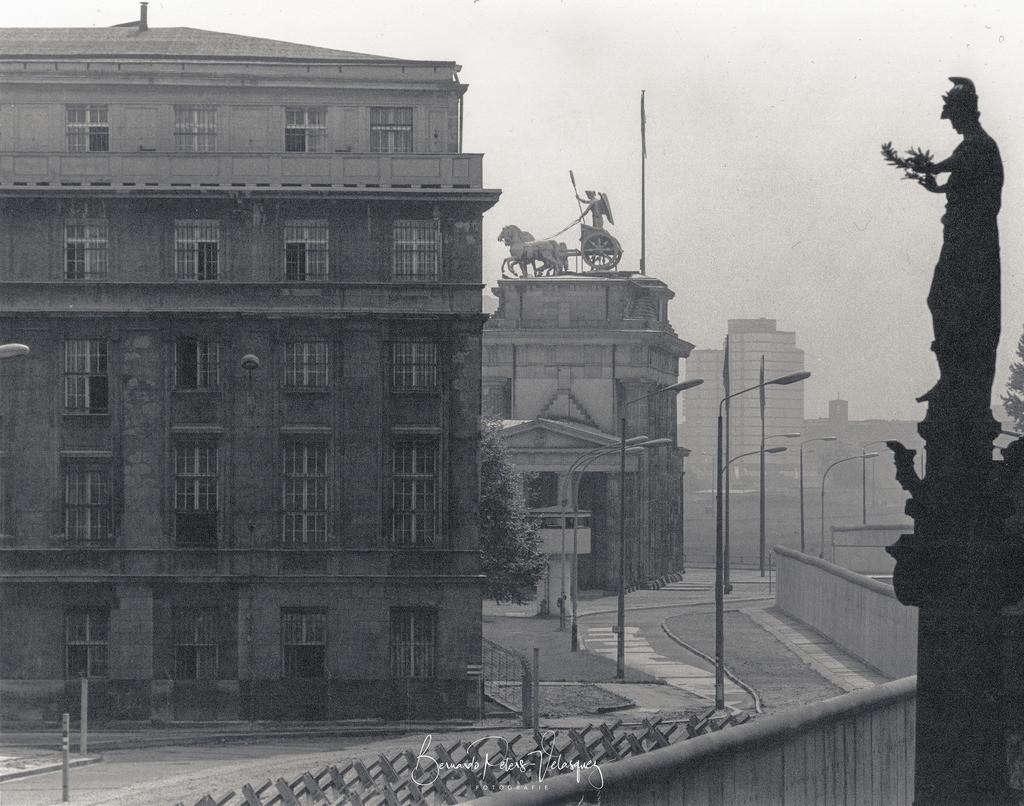 Scan-130129-0050 | Brandenburger Tor, vom Reichstag aus gesehen