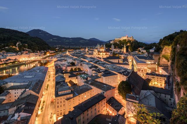 Salzburg am Abend   Blick vom Mönchsberg auf die Altstadt von Salzburg und der Festung Hohensalzburg im Hintergrund.