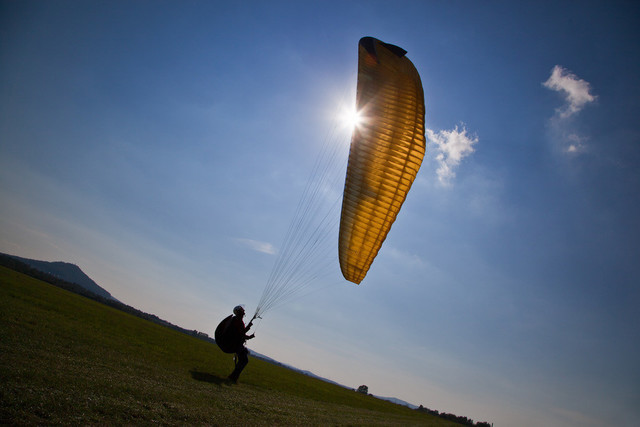 Gleitschirmflieger beim Groundhandling | Gleitschirmflieger beim Groundhandling auf dem Flugplatz in Görlitz