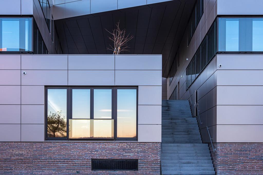 rk_06172 | Modernes Gebäude in der Hansestadt Rostock am Morgen.