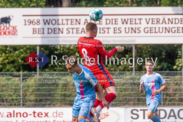 Fußball, Herren, LOTTO-Pokal Halbfinale, FC Eintracht Norderstedt - Altona 93, Edmund-Plambeck-Stadion, 16.08.2020 | Dane Kummerfeld (#8, Norderstedt, Linker Verteidiger), Ole Wohlers (#11, AFC, Mittelstürmer)