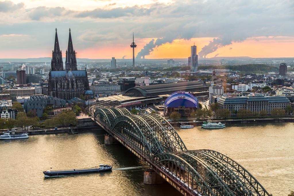 JT-160428-225 | Kölner Dom, Innenstadt Köln, Hohenzollernbrücke, Eisenbahn und Fußgängerbrücke über den Rhein, hinten Kraftwerke im Rheinischen Braunkohle Gebiet,