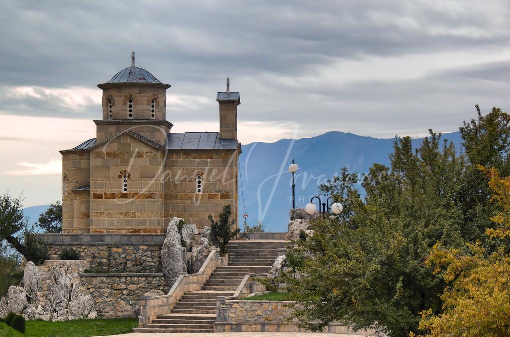 Ostrog   Eine der zahlreichen Kirchen beim Kloster Ostrog