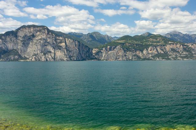 Lago di Garda mit Blick auf Campione del Garda, Lombardei. | Der Gardasee -Lago di Garda- mit Blick auf Campione del Garda in der Lombardei. Im Hintergrund die Ausläufer der Dolomiten