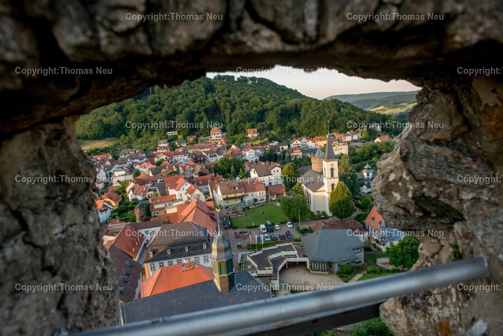 05_Mai   Lindenfels, Burg, Durchblick durch die alten Mauern auf die Kurstadt, ,, Bild: Thomas Neu
