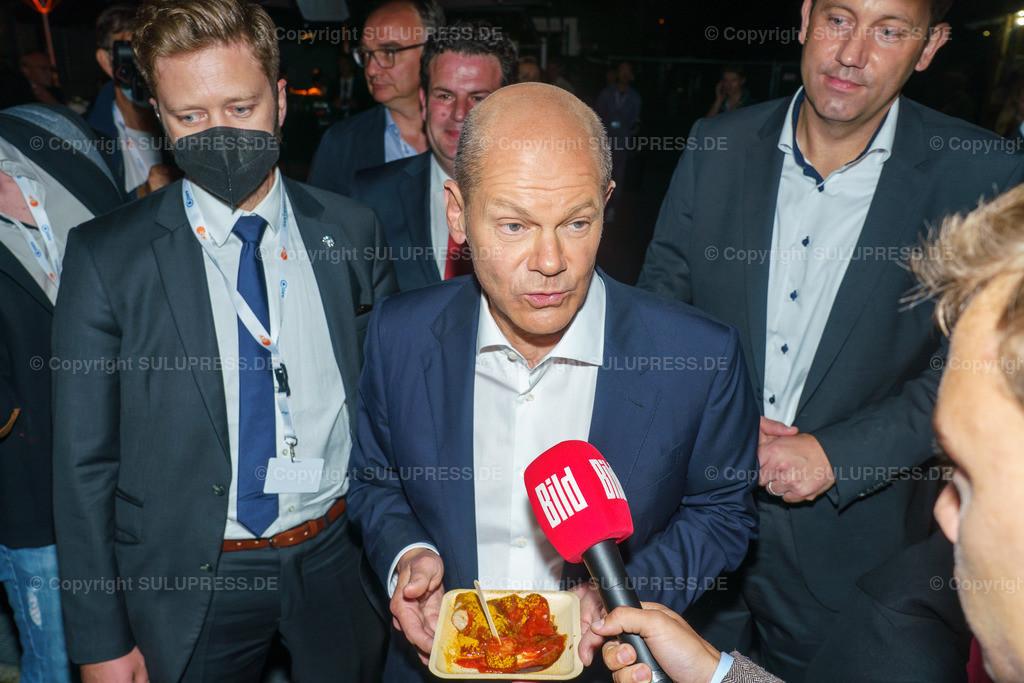TV-Triell 2021 von ARD und ZDF in Berlin   Berlin, das Pressezentrum zum 2. TV-Triell Dreikampf ums Kanzleramt, dieses Mal von ARD und ZDF. Im Studio Berlin Adlershof, traten die Kanzlerkandidaten und die Kanzlerkandidatin zum zweiten Schlagabtausch an. Unterstützt wurden die drei Kontrahenten von Parteifreunden, weiteren Prominenten und Fans der jeweiligen Lager. Im Bild: Olaf Scholz mit Currywurst im Gespräch mit BILD nach dem Triell.