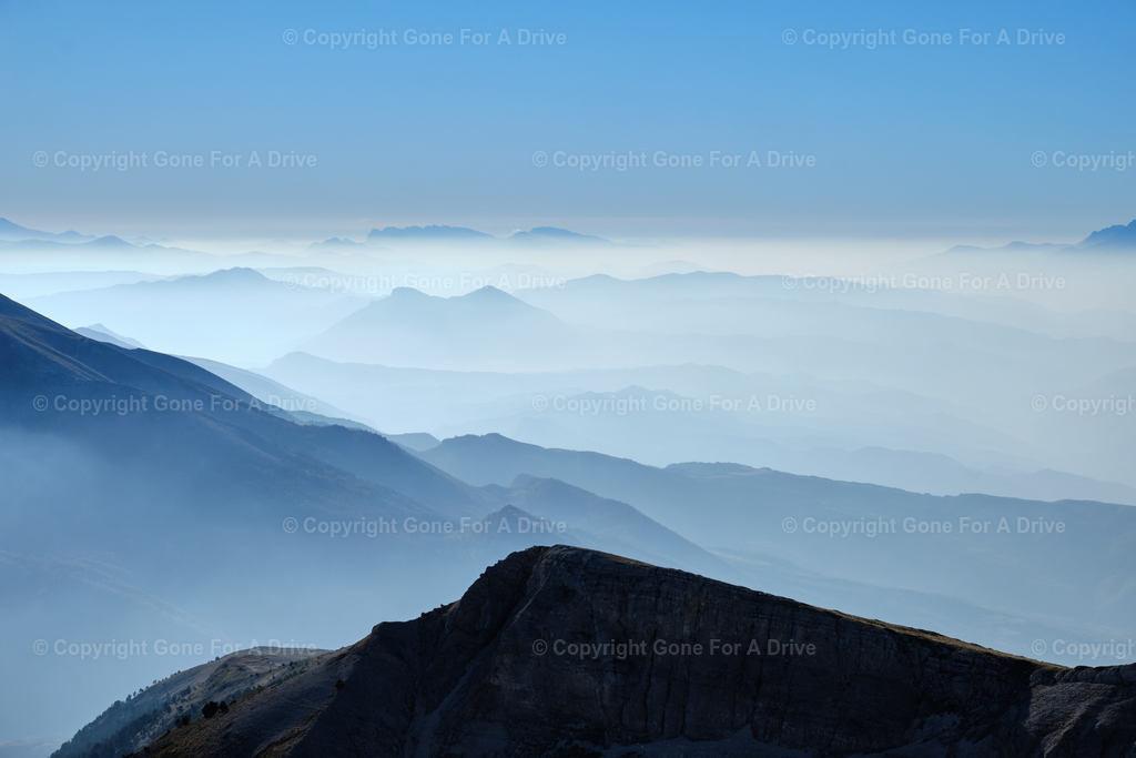 Albanien | Blick vom Mount Tomorr auf umliegende Berggipfel, die im Wolkendunst verschwinden.