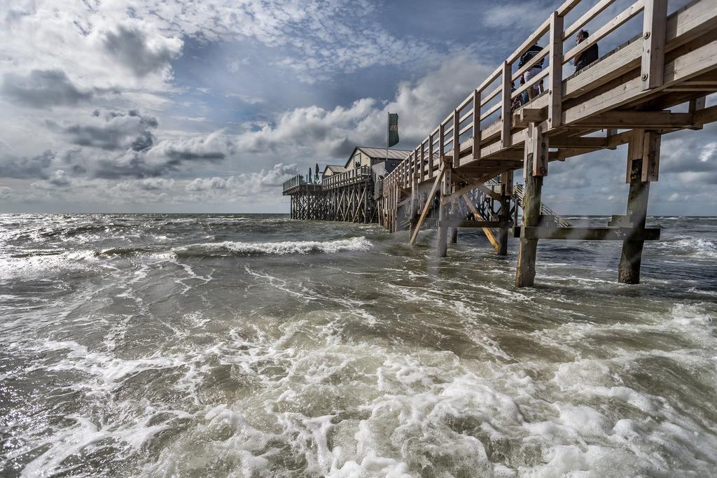 Aufgewühlte Nordsee am Strand von Sankt Peter-Ording   Wellen und Wind am Steg