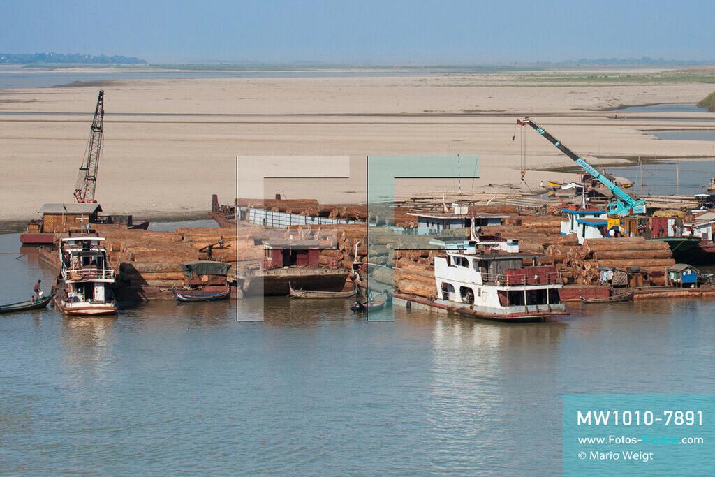 MW1010-7891   Myanmar   Sagaing-Region   Reportage: Schiffsreise von Bhamo nach Mandalay auf dem Ayeyarwady   Teakholztransport auf dem Ayeyarwady hinter Katha  ** Feindaten bitte anfragen bei Mario Weigt Photography, info@asia-stories.com **