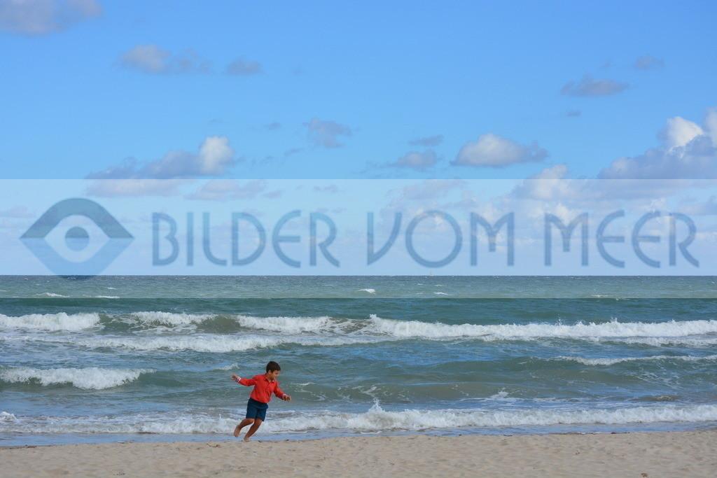Fotoausstellung, Bilder vom Meer | Junge der am Meer spielt