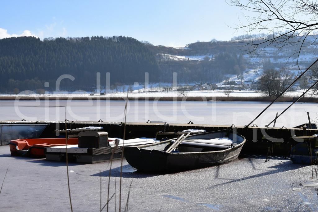 Meerfelder Maar im Winter | Boote im zufegrorenen Meerfelder Maar