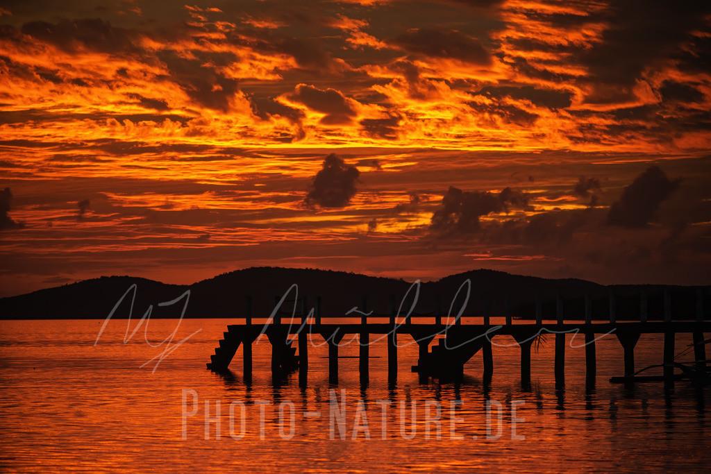Feurroter Sonnenuntergang in den Philippinen | Ein dramatischer Sonnenuntergang an einem asiatischen Strand
