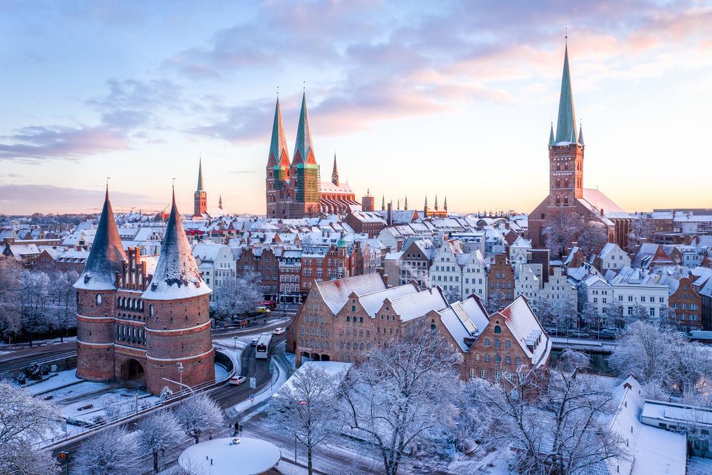 Lübeck im Schnee - Sonnenaufgang 3:2 | In der Nacht überdeckte pulvriger Schnee die schöne Lübecker Altstadt. Am frühen morgen konnte ich diesen herrlichen Anblick mit Sonnenaufgang einfangen. Dieses beliebte Bild ist einer Zierde für jede Wand.
