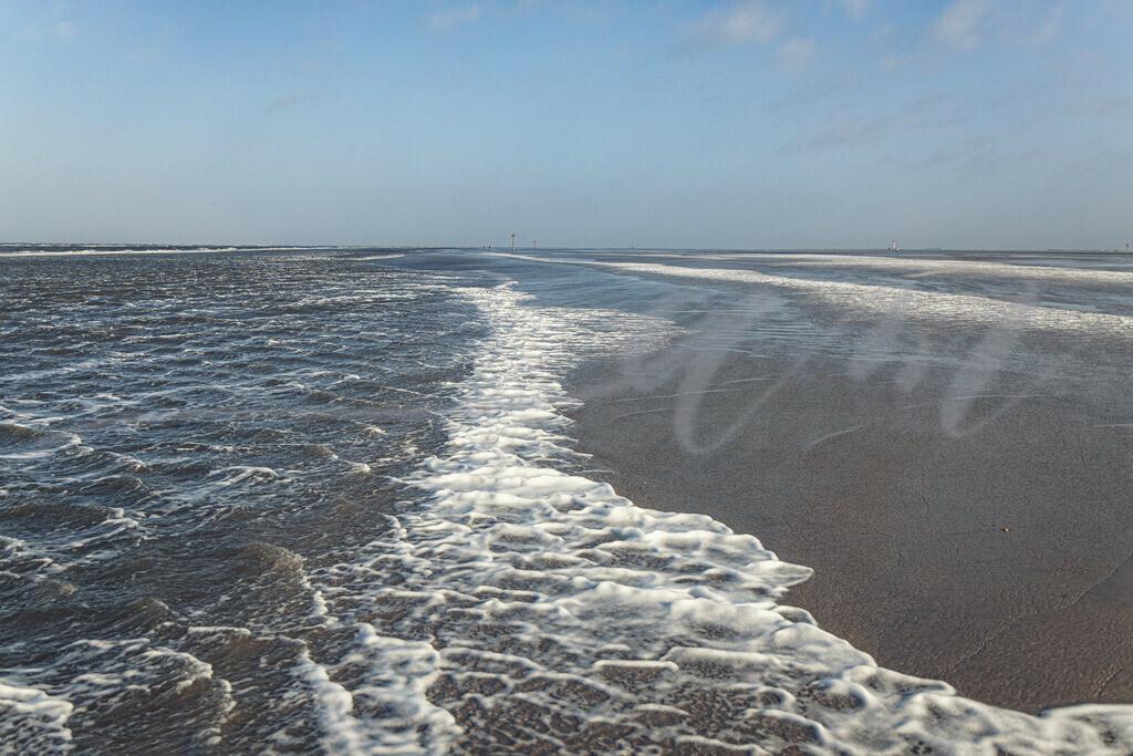 An der Wasserkante | Seicht spült die Nordsee an den Strand