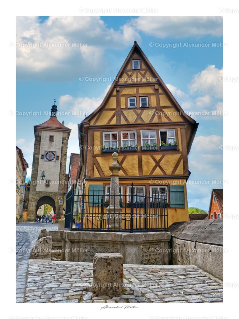 Rothenburg ob der Tauber No.55   Dieses Werk zeigt das Plönlein – Rothenburgs Wahrzeichen. Der Plönlein ist eine Straßengabelung und ein ehemaliger Fischstapelplatz mit Blick auf Sieberstor und Kobolzellertor in Rothenburg ob der Tauber. Aufgrund seiner Schönheit und Romantik zählt es zu einem der besten Plätze für Postkartenmotive und Bilder.
