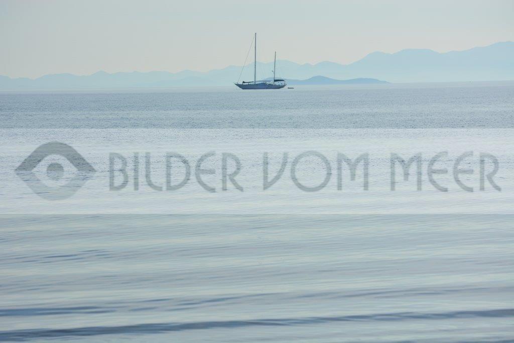 Bilder vom Meer | Schiff schaukelt in den Wellen vom Mar Menor