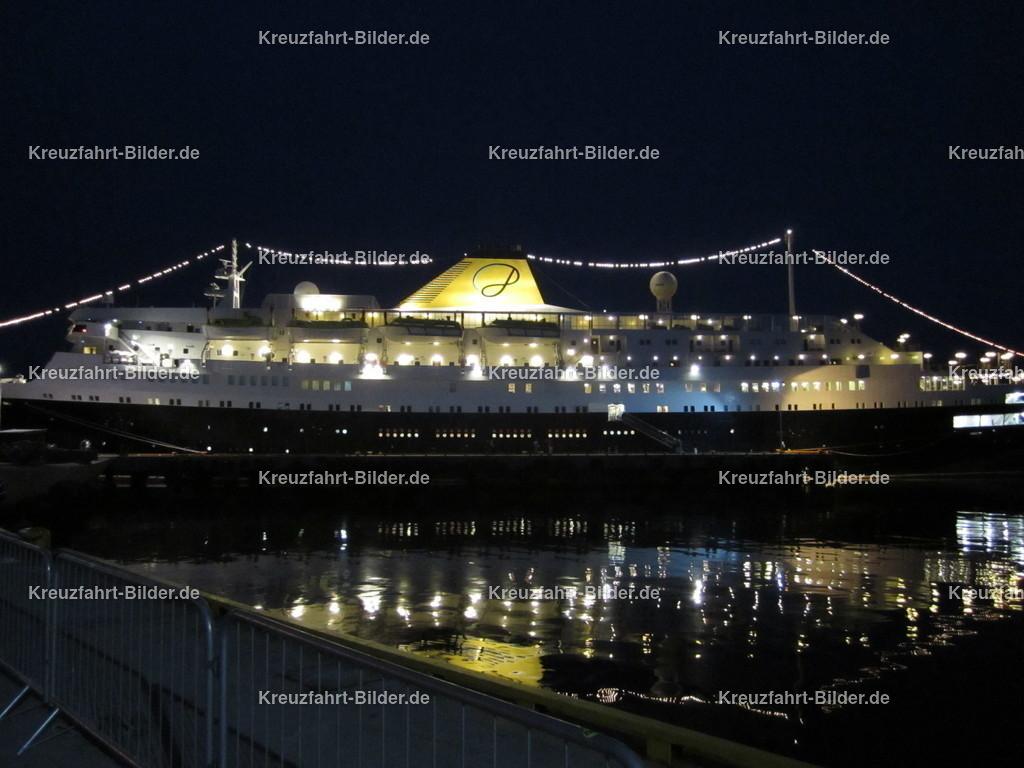 MS Azores in Honningsvag bei Nacht | MS Azores in Honningsvag bei Nacht. Die ehemalige MS Stockholm und MS Völkerfreundschaft fährt momentan als das wohl älteste aktive Kreuzfahrtschiff der Welt als MS Astoria auf dem französischen Markt.