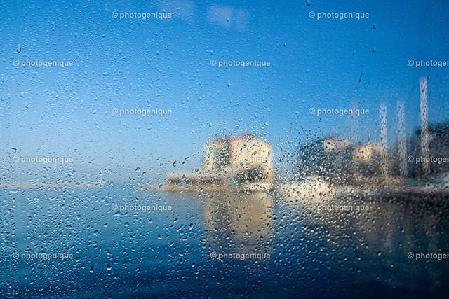 Der malerische Hafen von Porec in Kroatien | Blick auf den Hafen von Porec in Kroatien durch ein Fenster mit Regentropfen