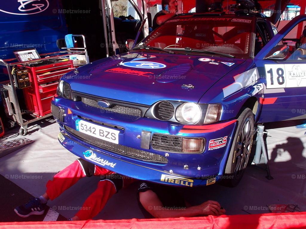 P9216584 | Unter dem Auto wird gewerkelt