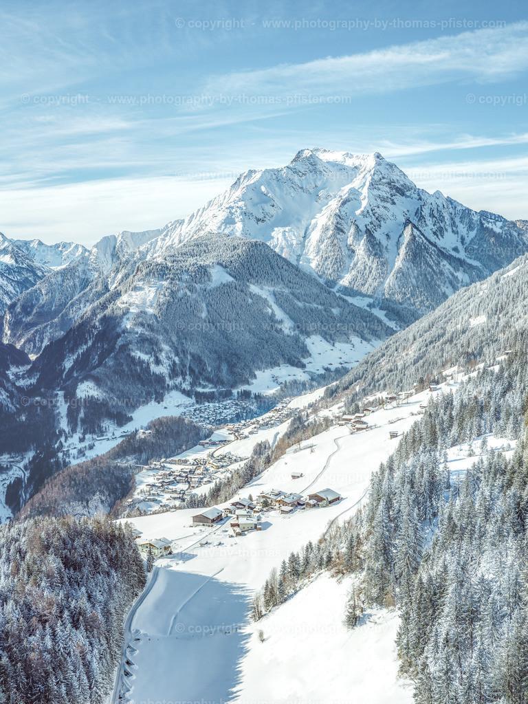 Blick hinunter nach Finkenberg im Winter-3
